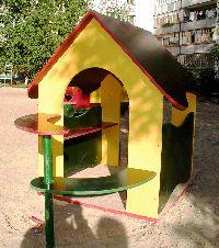 Этот детский городок стоит в пос. Эжва г.Сыктывкара и изготовлен из цветной ламинированной фанеры сыктывкарского фанерного завода